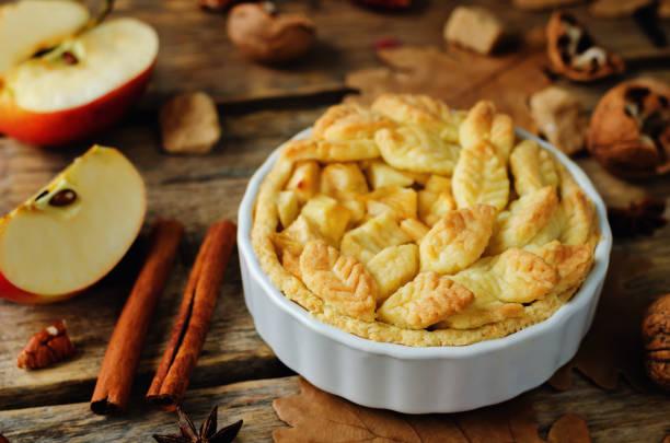 apfelkuchen mit anderen design - zimt pekannüsse stock-fotos und bilder