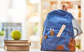 アップルは、本と鉛筆の山