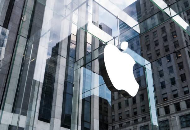 apple store at 5th ave in manhattan, nyc - big tech foto e immagini stock