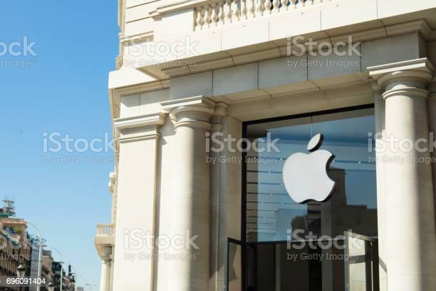 Apple store at catalonia square in barcelona picture id696091404?b=1&k=6&m=696091404&s=612x612&h=ck46q6i0quj9z1n3l7rutvwbzmct3vaqk9 1pmkkayk=