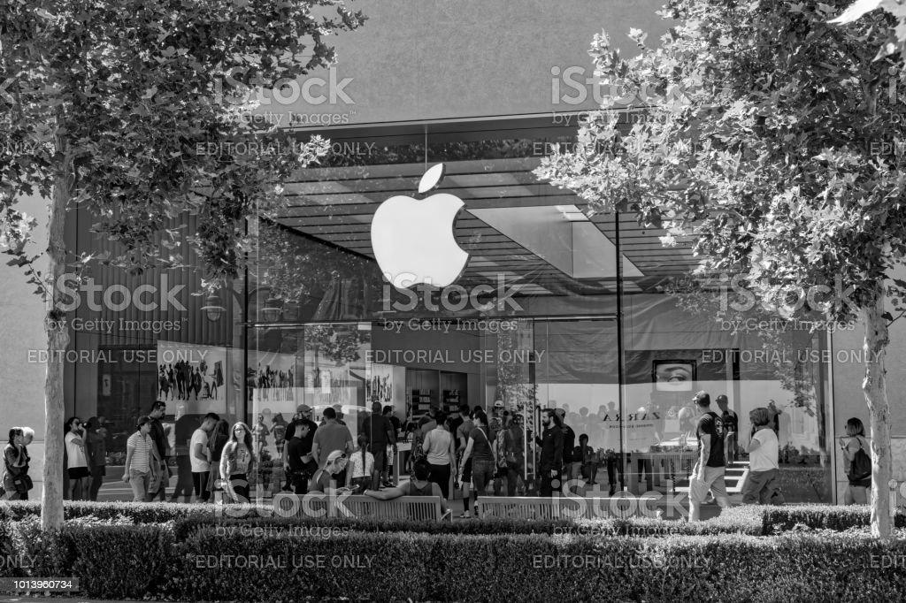 Multidão de loja Apple na frente da loja - foto de acervo