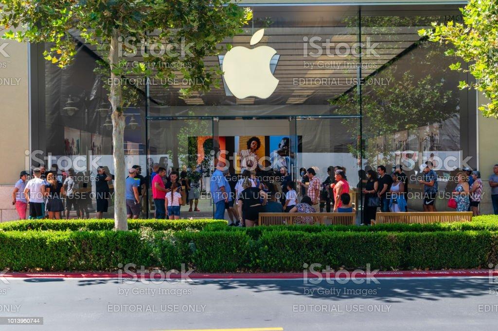 Multidão de loja Apple na frente - foto de acervo