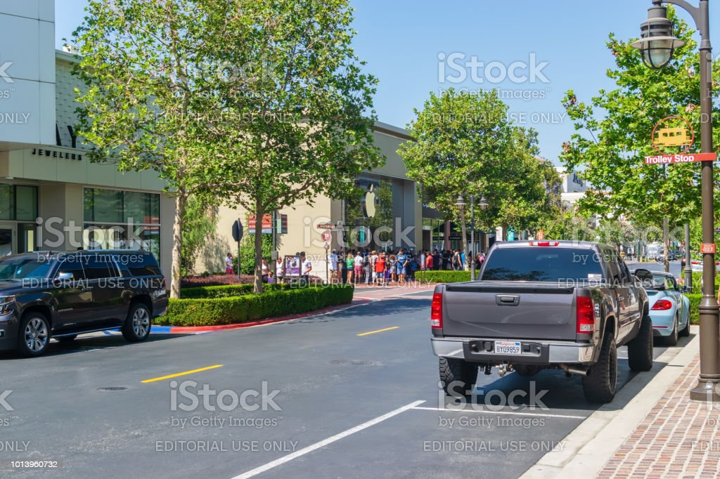 Multidão de loja Apple perto de rua - foto de acervo