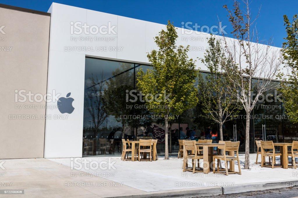 Apple Store Shopping de varejo local. Apple vende e serviços o iPhone, iPad, iMac e computadores Macintosh III - foto de acervo