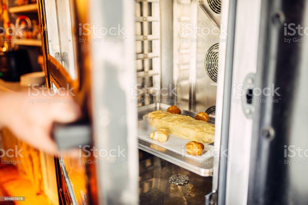 애플 슈 트루 델 베이킹 오븐에 시트 금속에 - 로열티 프리 건강한 생활방식 스톡 사진