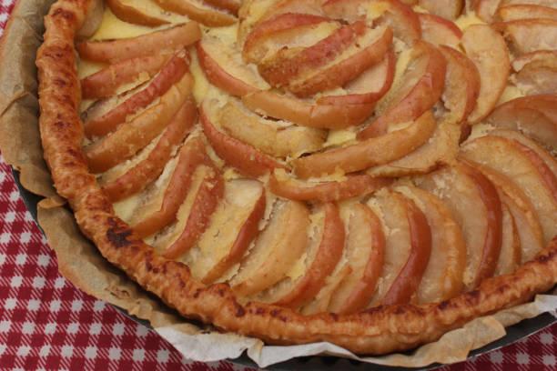 apfeltorte - frangipane belag - apfel marzipan kuchen stock-fotos und bilder