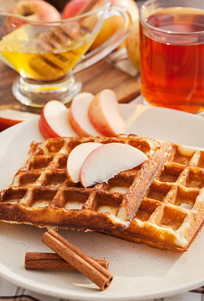 apple waffeln für frühstück - zimt waffeln stock-fotos und bilder
