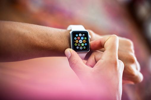 Apple Orologio Cassa In Acciaio Inossidabile Diametro 38 Mm Bianco Sport - Fotografie stock e altre immagini di 2015