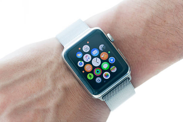apple watch 42mm stainless silver band - 2015 photos et images de collection
