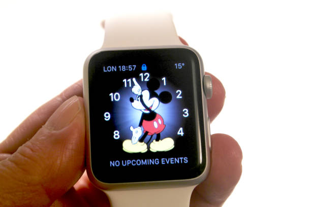apple watch, mit micky maus auf gesicht - modernes disney stock-fotos und bilder