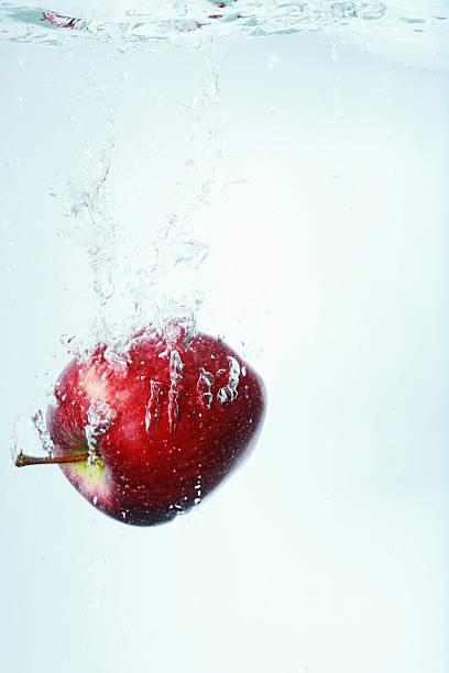 Manzana de agua gota de agua fresca de - foto de stock
