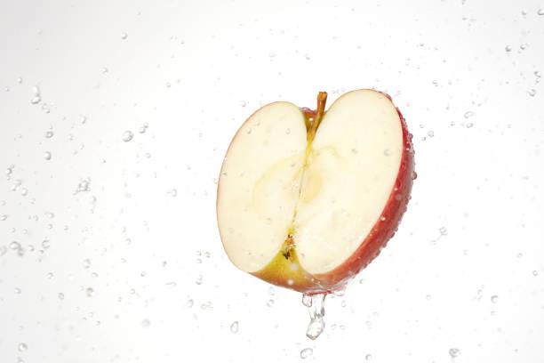 水のしぶきとリンゴ ストックフォト