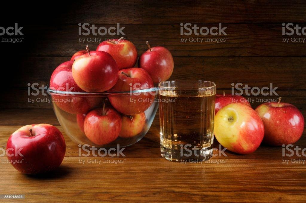Äpfel und ein Glas Apfelwein – Foto