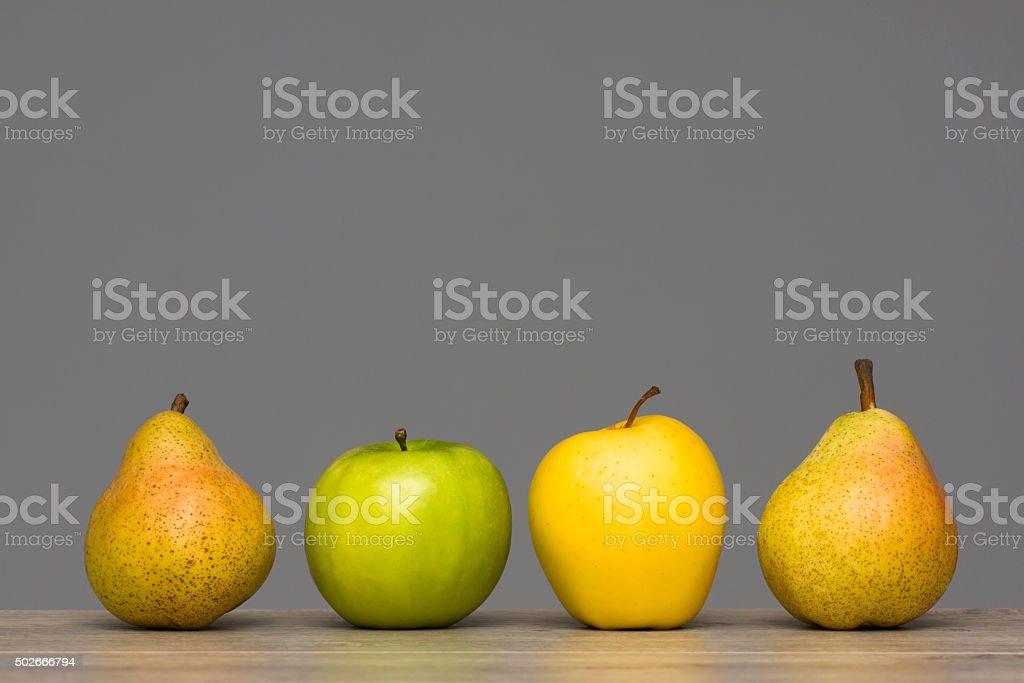 Äpfel und Birnen auf Holztisch Lizenzfreies stock-foto