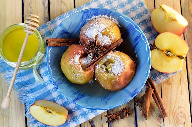 äpfel im ofen gebackene - bratäpfel stock-fotos und bilder