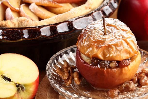 äpfel backen - bratäpfel stock-fotos und bilder