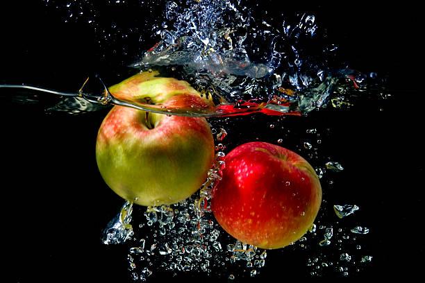 Apfel fallen ins Wasser – Foto