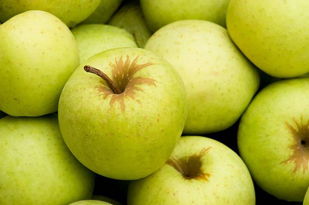 pommes golden delicious plein cadre - golden photos et images de collection