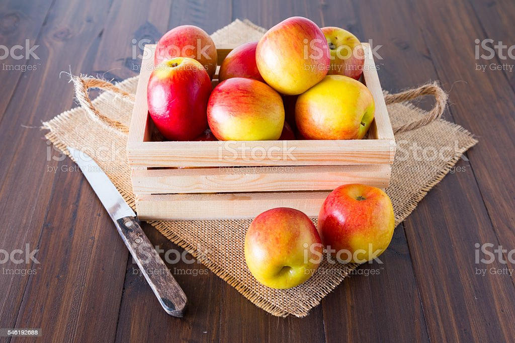 Apples in a wooden crate. – zdjęcie
