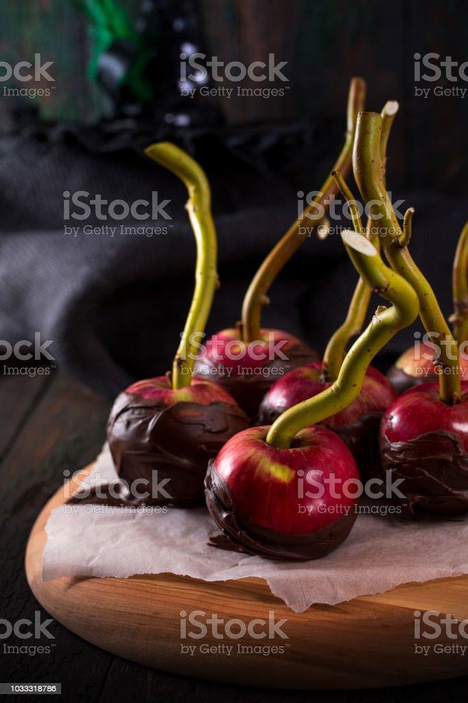 Manzanas en glaseado de chocolate negro - foto de stock