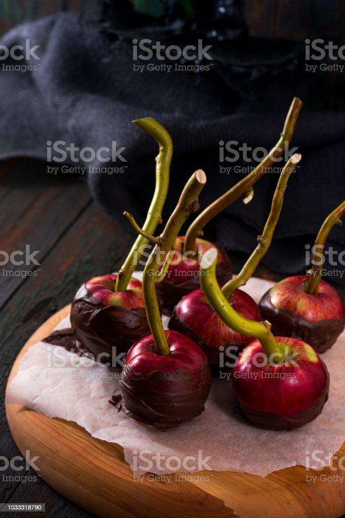 Manzanas en chocolate negro - foto de stock