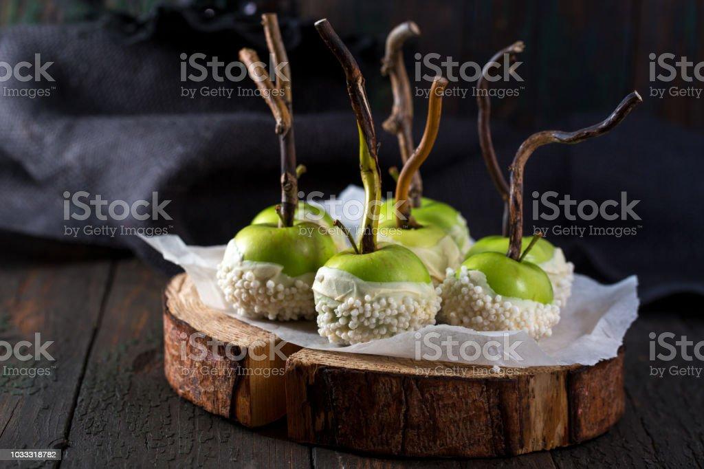 Manzanas en glaseado de chocolate - foto de stock