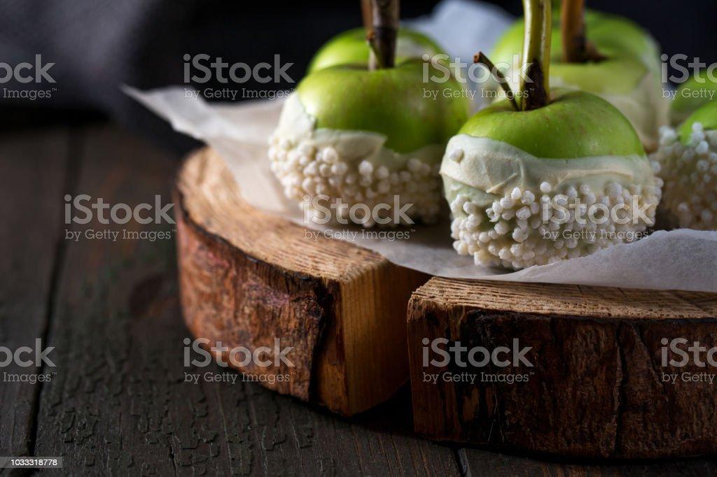Manzanas en glaseado de chocolate blanco, primer plano - foto de stock