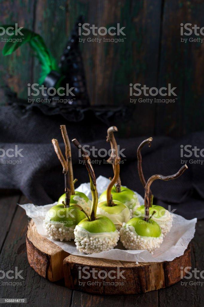 Manzanas en glaseado de chocolate blanco - foto de stock