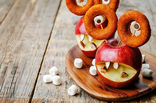 äpfel, marshmallows und donuts - hausgemachte gebackene donuts stock-fotos und bilder