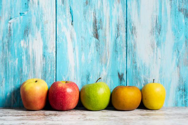 pommes de différentes variétés - golden photos et images de collection