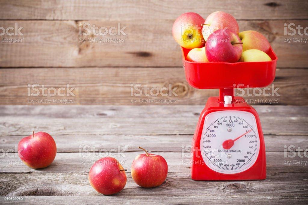 manzanas en escalas rojo - foto de stock