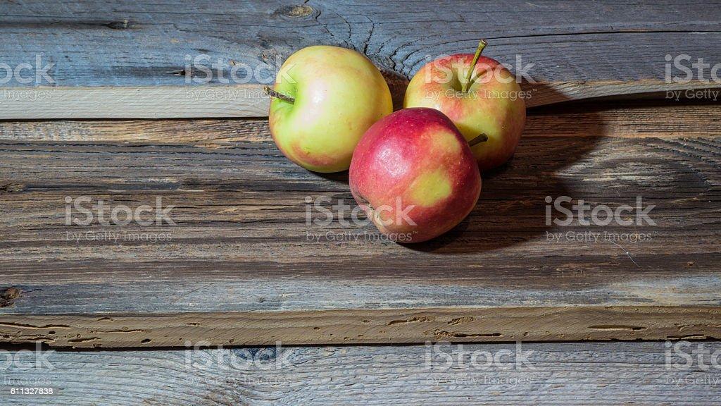 Äpfel auf Holz Brett  – Foto