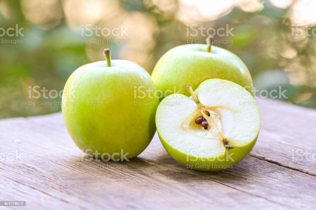 Äpfel auf Holztisch im Garten – Foto