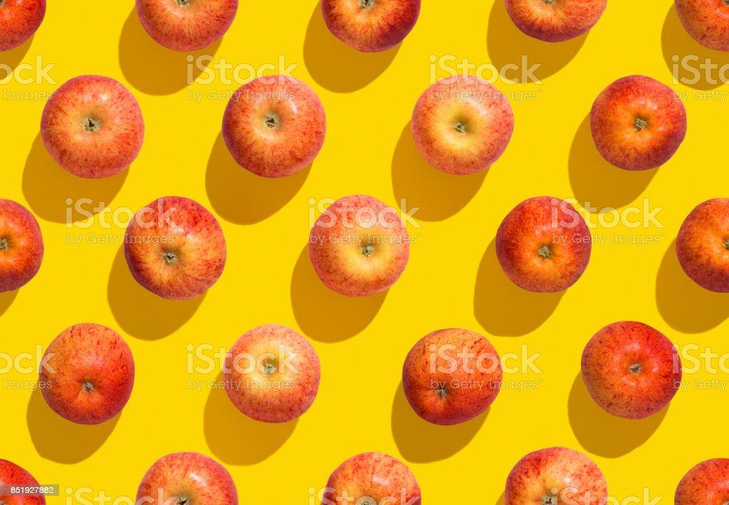 Manzanas sobre fondo amarillo transparente foto de stock libre de derechos