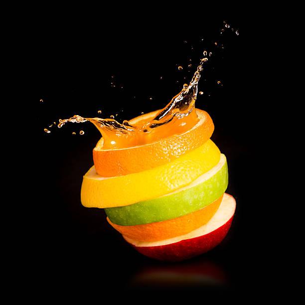 äpfel, orange und zitrusfrüchten.  splash-saft. - scyther5 stock-fotos und bilder