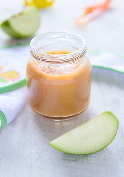 Apfel Püree in Krug – Foto