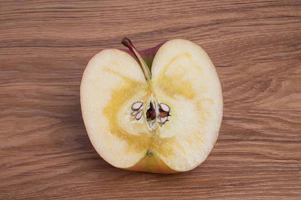 リンゴ半分にカットしました。 ストックフォト