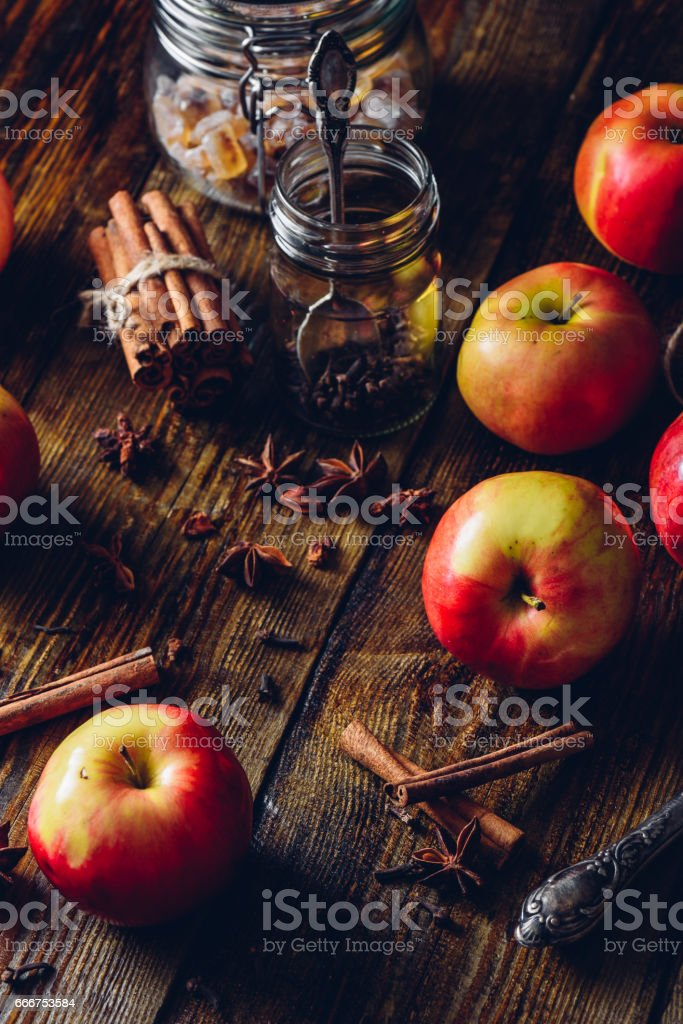 Apples with Clove, Cinnamon and Anise Star. foto stock royalty-free