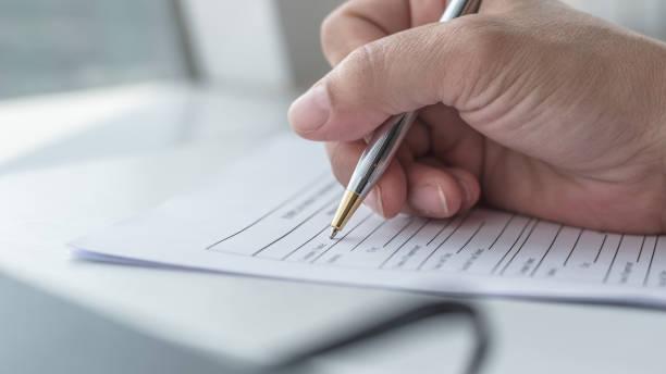 requerente, preenchendo o formulário de inscrição da empresa documentar procurar emprego, ou registrar o pedido de seguro de saúde - dia do cliente - fotografias e filmes do acervo