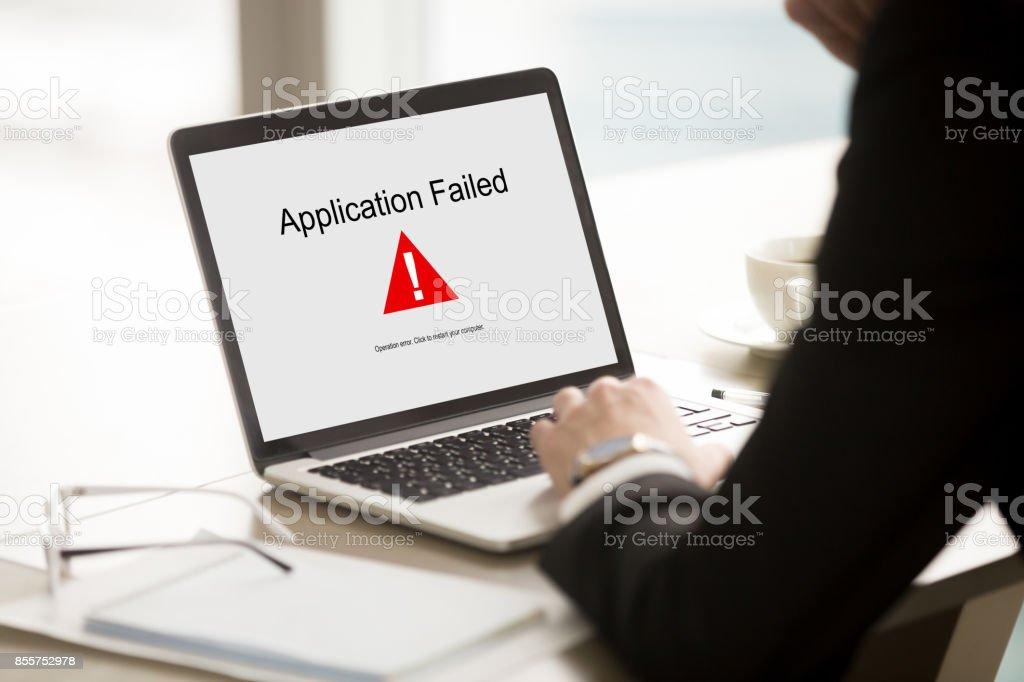 Échec de l'application, homme d'affaires ayant des problème avec l'ordinateur portable, doux - Photo