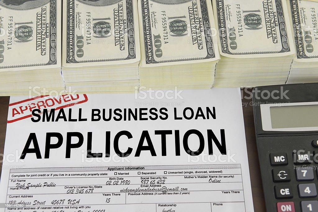 Aplicación de un pequeño negocio de préstamos y US dollar bills - foto de stock
