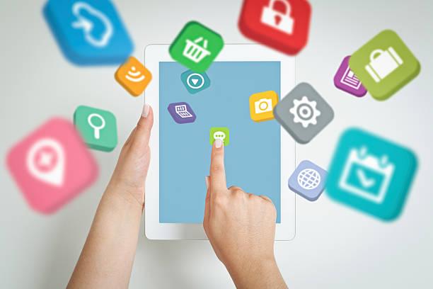 Anwendung icons fly auf dem tablet-computer-Bildschirm in der hand. – Foto