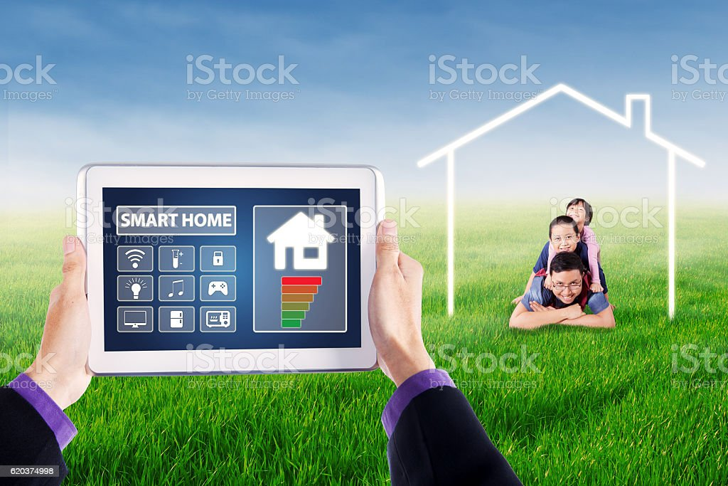 Applications of smart home controller on tablet zbiór zdjęć royalty-free