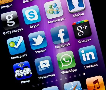 애플리케이션은 소셜 미디어 Iphone 4s 0명에 대한 스톡 사진 및 기타 이미지