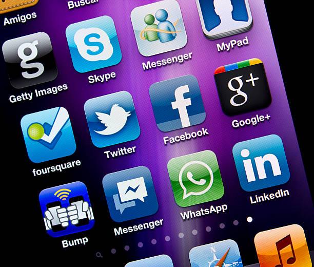 приложения социальных медиа на iphone 4s - getty images стоковые фото и изображения