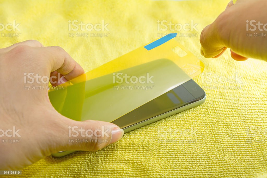 apply the smart phone screen protect - foto stock