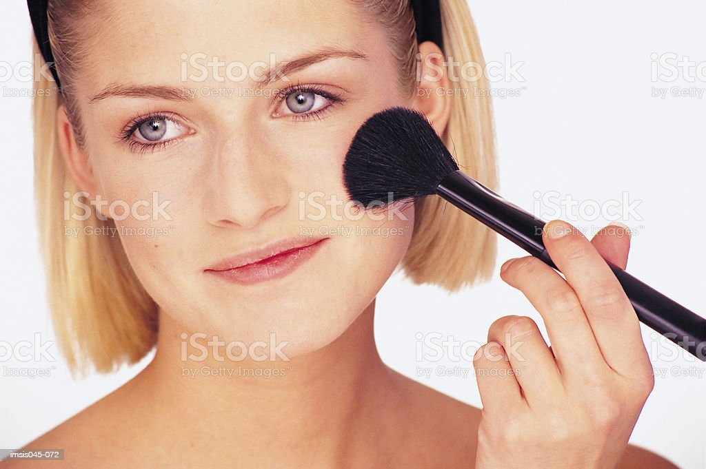 Applying blusher royalty free stockfoto
