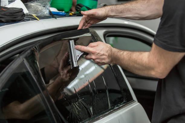 auto venster tint toe te passen op uw voertuig - kleurtoon stockfoto's en -beelden