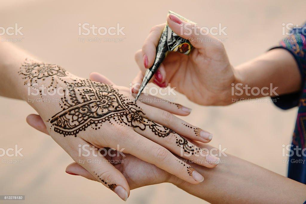 L'application de henné tatouage sur les mains - Photo