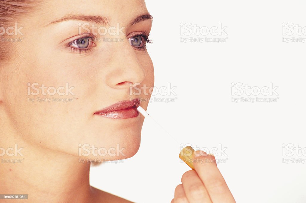 Applying lipgloss royalty free stockfoto